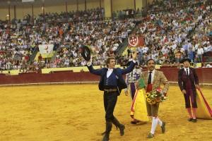 Hermoso de Mendoza, dando la vuelta al ruedo en Lisboa junto al cabo de los Forcados de Santarem.