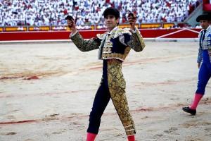 López Simón pasea en triunfo las dos orejas del sexto. Fotografias: F. Pidal y agencias.