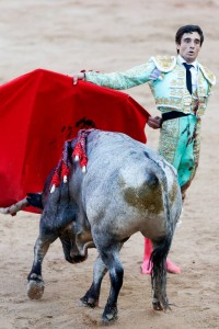 Paco Ureña cerró su faena al sexto con unas manoletinas. Fotografía: Efe.
