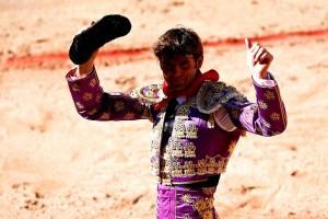 Eugenio de Mora pasea en triunfo la única oreja de la tarde.