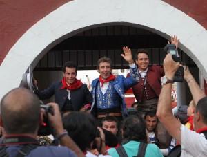 Los tres rejoneadores salieron a hombros. Fotografía: pablohermoso.net
