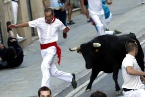 Un corredor intenta ponerse a salvo del un utrero de Aguadulce. Fotografía: Garzaron.