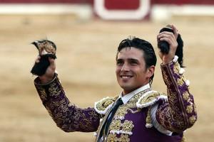 Alberto Aguilar pasea en triunfo en Tafalla las dos orejas del quinto toro de Dolores Aguirre.