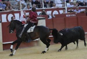 Hermoso de Mendoza, esta tarde en la plaza Málaga, toreando de costado con 'Disparate', con el que ha ofrecido un recital de toreo a caballo. Fotografía: pablohermoso.net