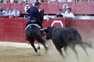 Hermoso ejecutando la hermosina con 'Disparate' esta tarde en Calahorra. Fotografía: pablohermoso.net