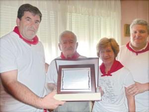 F´élis Leorza con la plaza de socio de honor, junto a su hija María Puy y el preside y el vicerepisdiente del taurino estellés.