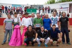 El matador de toros Sergio Sánchez, en el centro de la imagen, rodeado por directivos de Fitoro. Fotografía: Latorre.