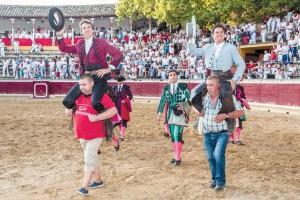 Hermoso y Domínguez abandonaron la plaza de Tafalla a hombros. Fotografía: Jesús Caso.
