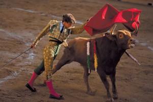 Pase de pecho de Javier Marín al primero de su lote. Fotografía: Garzaron.