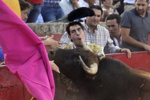 Momento en el que el toro de Orive cornea en el cuello a Jiménez Fortes. Fotografía: Efe.