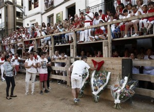 Ramos de flores en el burladero donde perdió la vida Miguel Ruiz Pérez. Fotografía: Efe.
