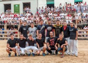 Los recortadores lucieron camisetas negras en honor a Miguel Ruiz. Fotografía: Jesús Caso.