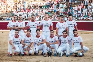 Los doce recortadores incluido el ganador, Roberto Alegre, con su trofeo. Fotografía: Galdona.