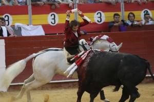 Espectacular par de cortas a lomos de 'Pirata' de Pablo Hermoso de Mendoza, esta tarde en Almería. Fotografía: pablohermoso.net