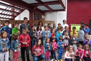 Los niños estelleses con sus trofeos taurinos del concurso de pintura taurina. Fotografía: Montxo A. G.