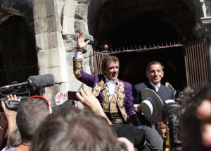 Hermoso de Mendoza ha salido por la Puerta de los Cónsules junto Luis Salguero, mayoral de la ganadería de Fermín Bohórquez. Fotografía: pablohermoso.net