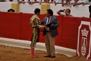 Curro Durán le brindó la muerte de un utrero a El Soro. Fotografías: Galdona.