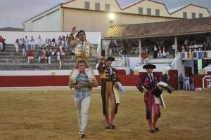 Juan de Castilla saliendo a hombros en la plaza de Peralta. Fotografía: Galdona.