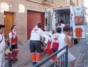 Momento en el que el herido va a entrar en la ambulancia para ser trasladado al hospital de Tudela.