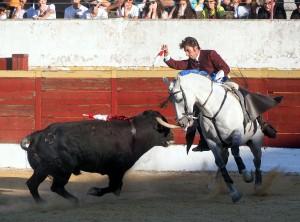 Armendáriz clava una corta montando a 'Cristal' en la plaza burgalesa de Lerma.