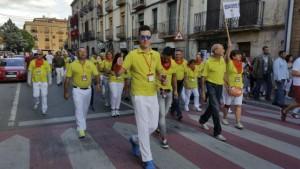 La Asociación Benaventana del Toro Enmaromado desfila por las calles de Lodosa.
