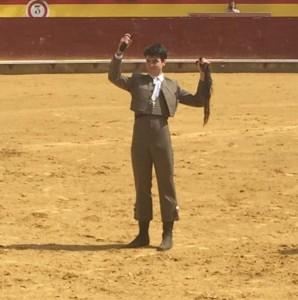 Toñete muestra en triunfo los máxmos trofeos conseguidos sobre la arena de la plaza de Palencia.