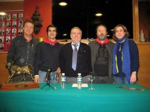 Francisco Expósito y Paco Ganuza, con pañuelicos rojos, entre directivos del Club Taurino de Pamplona tras la presentación de 'Venticinco' en esta entidad.