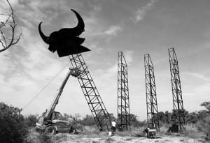 Una de las torres metálicas ya sostiene la cabeza del toro de Osborne. Fotografía: Sanz.