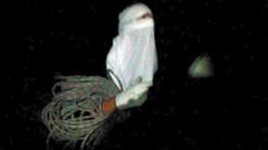 Este encapuchado con unas cuerdas aparece asimsimso en el vídeo.