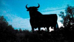 El toro, con la cuerta atada, listo para ser derribado.