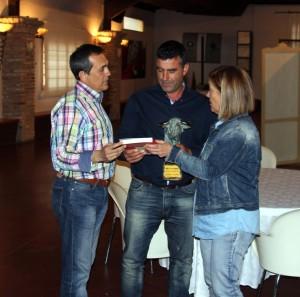 Víctor Arriazu, en el centro, recoge el trofeo de manos de Antonio Aragón, secretario del club Casta Brava de Arguedas, y Gloria Alba, directiva de esta entidad.