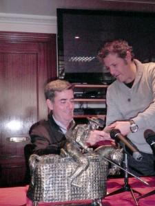 Fernando Moreno recibe un obsequio de manos de Patxi Garbayo, presidente de la Federación Taurina de Navarra.