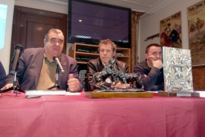 De izda, a dcha., Jorge Fajardo, Patxi Garbayo y Santiago Campo, presidentes de UFTAE, de la Federación Taurina de Navarra y del Club Taurino de Peralta, respectivamente.