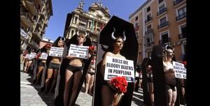 Antitaurinos en Pamplona, montando el numerito de cada año y aprovechando la cercanía de las fiestas de San Fermín.