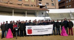 Los asistentes al curso de la federación taurina en la plaza de toros de Peralta.