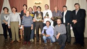 Los premiados, en el centro de la imagen, junto a representantes municipales, del club taurino y patrocinadores. Fotografía: Fernando Lozano.
