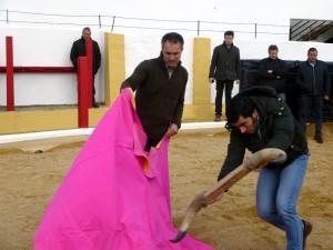 Sergio Sánchez ejecuta una verónica ante las astas llevadas por Francisco Expósito.