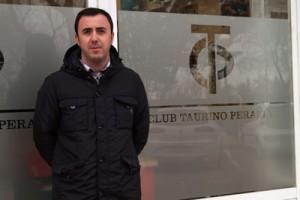 Santiago Campo, presidente del Club Taurino de Peralta, a la entrada de la sede, donde se va a desarrollar el curso.
