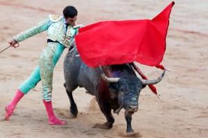 Pase de pecho de Ureña a 'Costurero', de José Escolar, el pasado mes de julio en Pamplona.