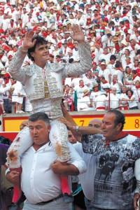 Abellán, saliendo a hombros el pasado 10 de julio en la plaza de Pamplona.