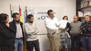 El alcalde de Coria en la rueda de prensa en la que anunció el archivo de la denuncia.