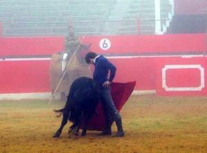 Derechazo de Javier Marín que pudo con la materira prima y con la densa niebla.
