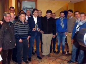 Hermoso de Mendoza con el trofeo, rodeado de aficionados estelleses.