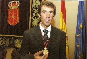 Hermoso de Mendoza recogió el 3 de diciembre de 2003 la Medalla de Oro de Navarra.