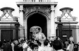 Limeño saliendo a hombros por la Puerta del Príncipe de la Maestranza de Sevilla.