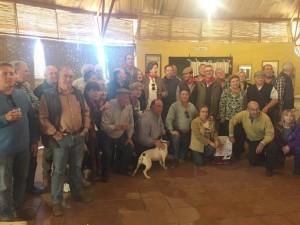 Los socios del taurino de Pamplona, en uno de los salones de la finca de Conde de la Maza. Fotografía: Pedro Mazo.