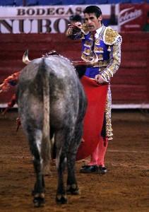 Francisco Marco, el pasado día 3 en la México, perfilado para estoquear a 'Arbitrario', el peor toro de su profesión.