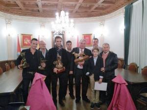 Los tres premiados rodeados de representantes del Club Taurino Gracurris de Corella.