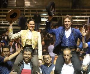 Hermoso de Mendoza salió a hombros en Tlajomulco junto  a Mónica Serrano.