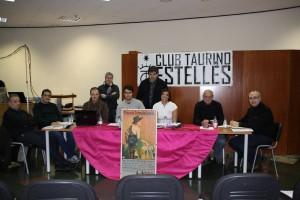La junta directiva del Club Taurino Estellés, ante el cartel taurino de 1942 que ha adquirido la entidad.